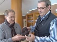 Ángel Mayor y Millán Maroto con una trufa negra de Soria, en la Ruta Dorada de la Trufa de Soria